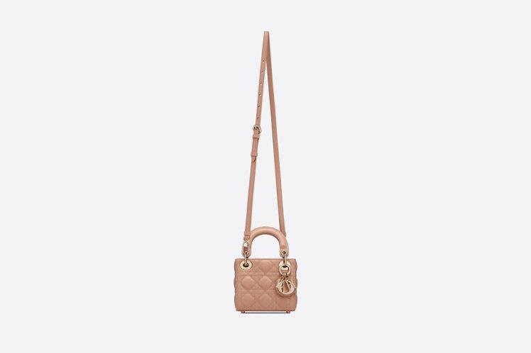 Lady Dior micro 玫瑰粉籐格紋小羊皮提包,10萬元。圖/DIOR提...