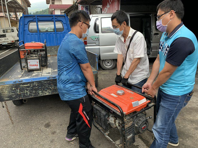 中颱烟花逼近,高雄市那瑪夏區針對各避難處所物資(食物、發電機等設備)進行盤點及整備。圖/那瑪夏區公所提供
