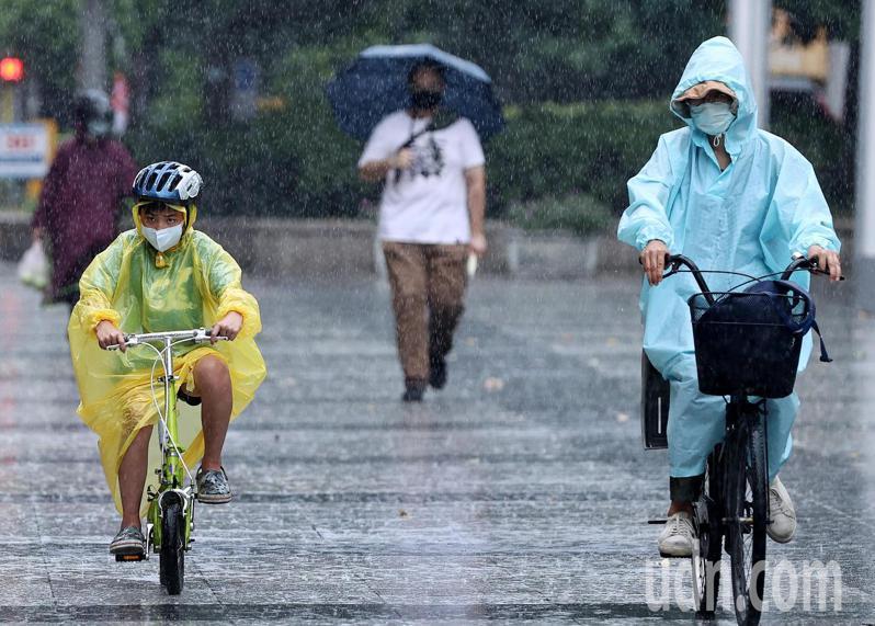 受中颱烟花外圍環流影響,北台灣時晴時雨,且偶爾降下間歇性大雨。記者侯永全/攝影