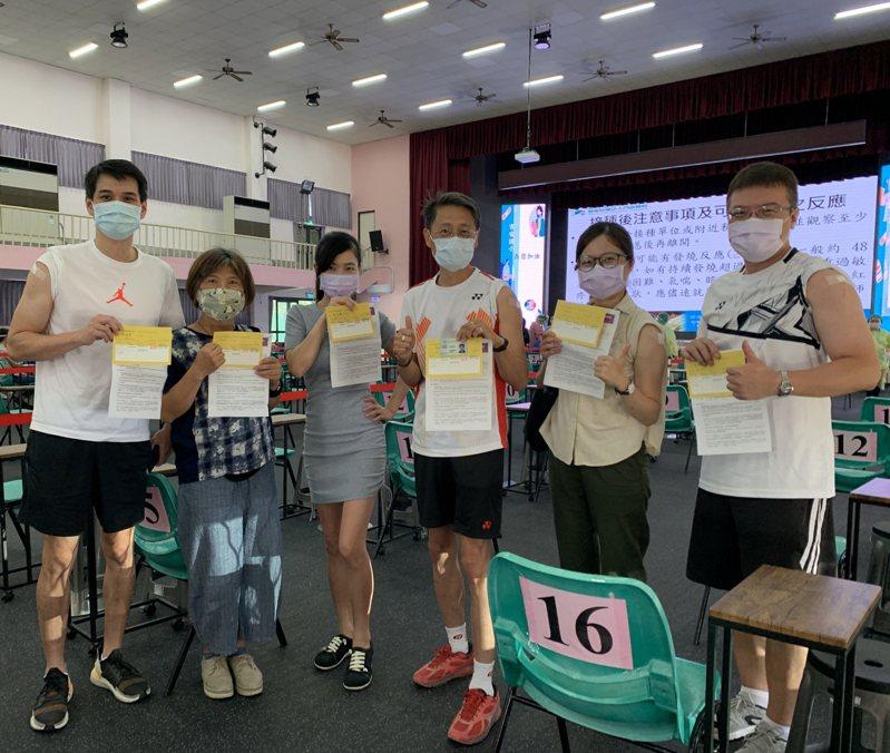 花蓮國小教職員今天接種疫苗,盼早日回歸正常校園生活。圖/門諾醫院提供