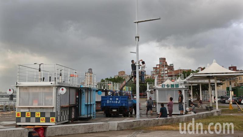 中颱烟花颱風逼近,預估晚間發布海警,傍晚時大台北河岸旁的貨櫃屋商家做好防颱準備。記者潘俊宏/攝影
