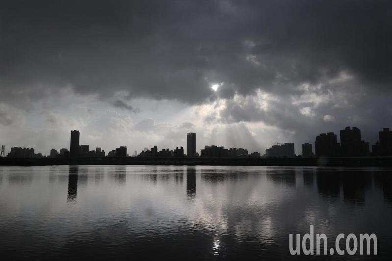 中颱烟花颱風逼近,預估晚間發布海警,傍晚時厚厚的雲層從天際壓下來。記者潘俊宏/攝影