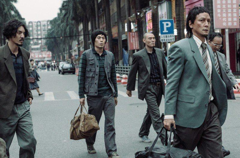吳彥祖(右一)飾演強盜集團首領。圖/華映提供