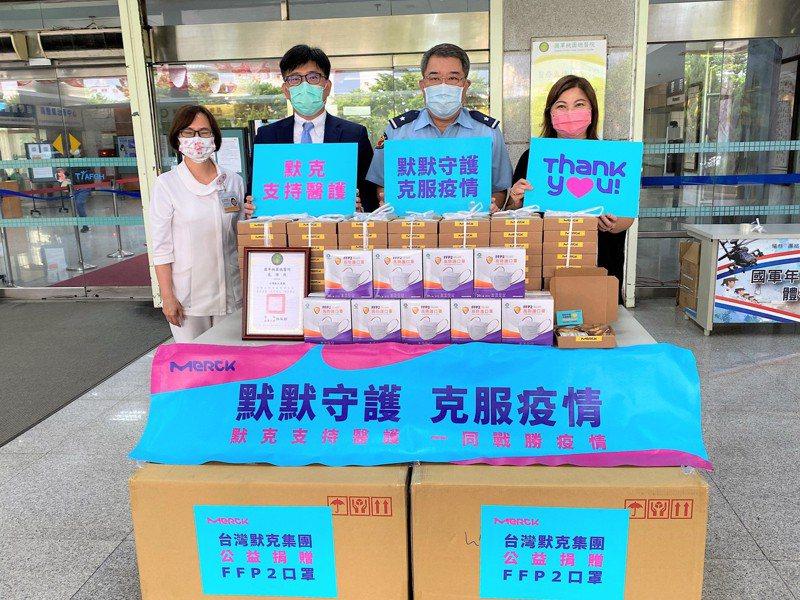 台灣默克集團董事長李俊隆今日捐購防疫物資給國軍桃園總醫院,由院長林致穎代表接受。台灣默克/提供