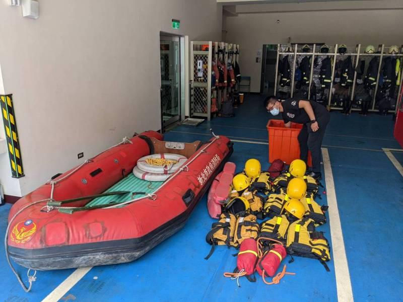 因應烟花颱風帶來強風豪雨,新北市消防局人員做好海岸巡查準備。圖/新北市消防局提供