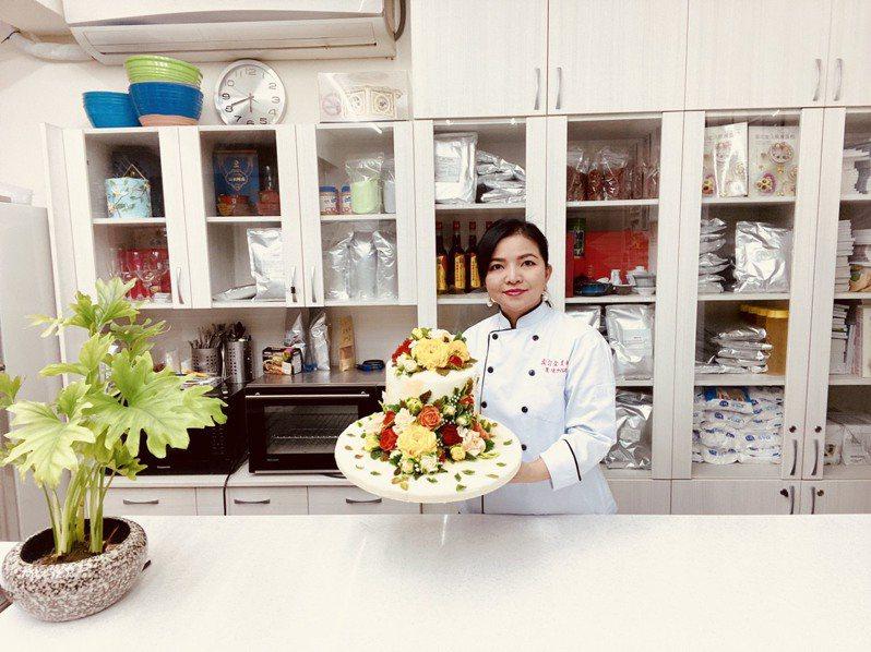 卞柔勻帶領學員榮獲2021比利時觀光美食節國際大賽線上比賽18面金牌,她自己也以韓式擠花蛋糕奪得金牌。圖/新北市社會局提供