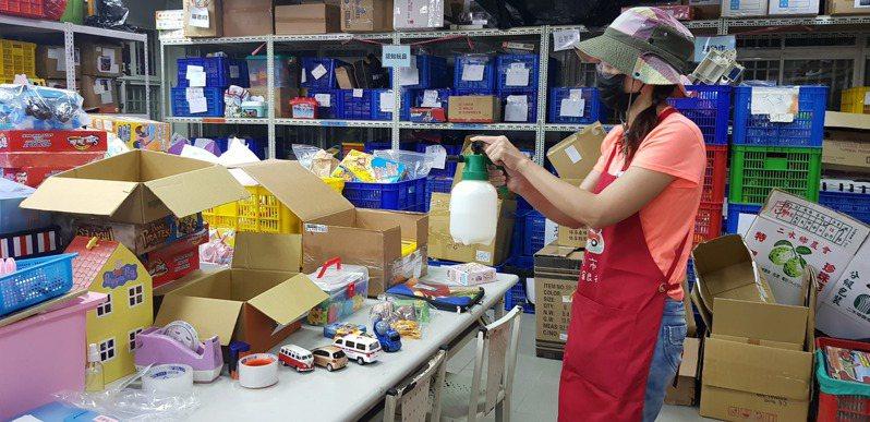 新北市玩具銀行在疫情期間清潔消毒二手玩具,並整理居家玩具包,送給社福機構和弱勢家庭。圖/新北市社會局提供