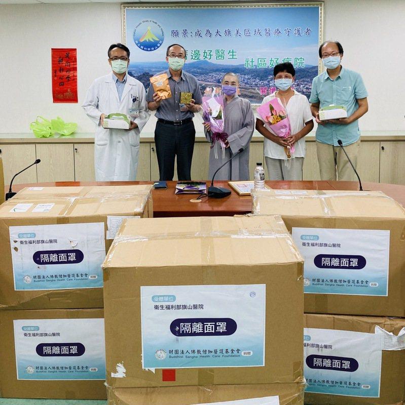 佛教僧伽醫護基金會創辦人法師釋慧明(中)捐贈防疫物資,由旗山醫院長李永恒(左二)受贈。圖/旗山醫院提供