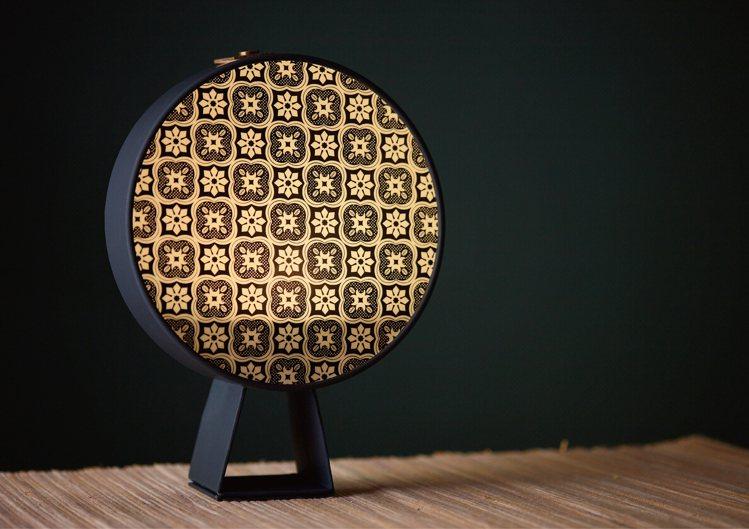 「光之棠」禮盒的上蓋,可以化身成造型小夜燈。圖/辻利茶舗提供