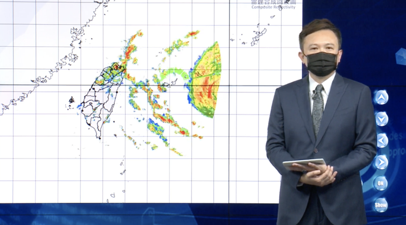隨著中度颱風烟花逐漸往西北移動,氣象局今天晚間8點半發布海上颱風警報。圖/擷取自氣象局直播記者會