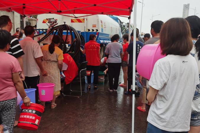 河南鄭州暴雨停水停電 居民湧超市以現鈔搶買桶裝水