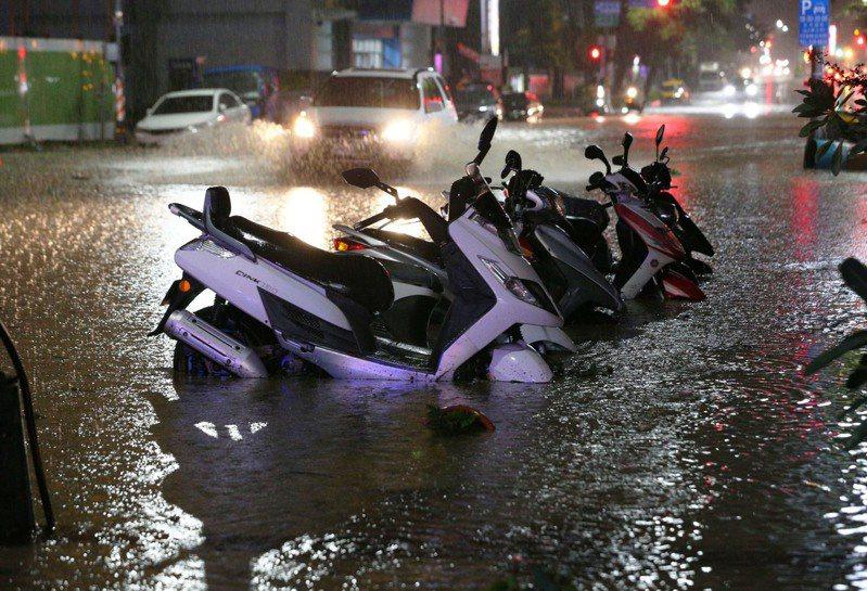 高雄市區前晚雨勢驚人,路旁機車泡水中,也有民宅淹水。本報資料照片