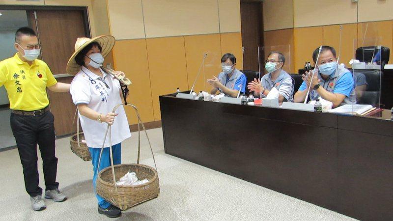 苗栗縣議員廖英利(左二)昨天挑擔進議場,送雞湯為縣府防疫打氣。記者范榮達/攝影