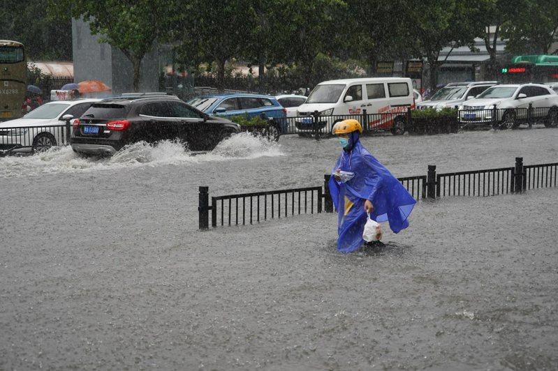 野村證券21日發表報告指出,預計此次河南暴雨和洪水短期內對大陸商業活動和通脹將有實質性影響。(圖/取自新京報)
