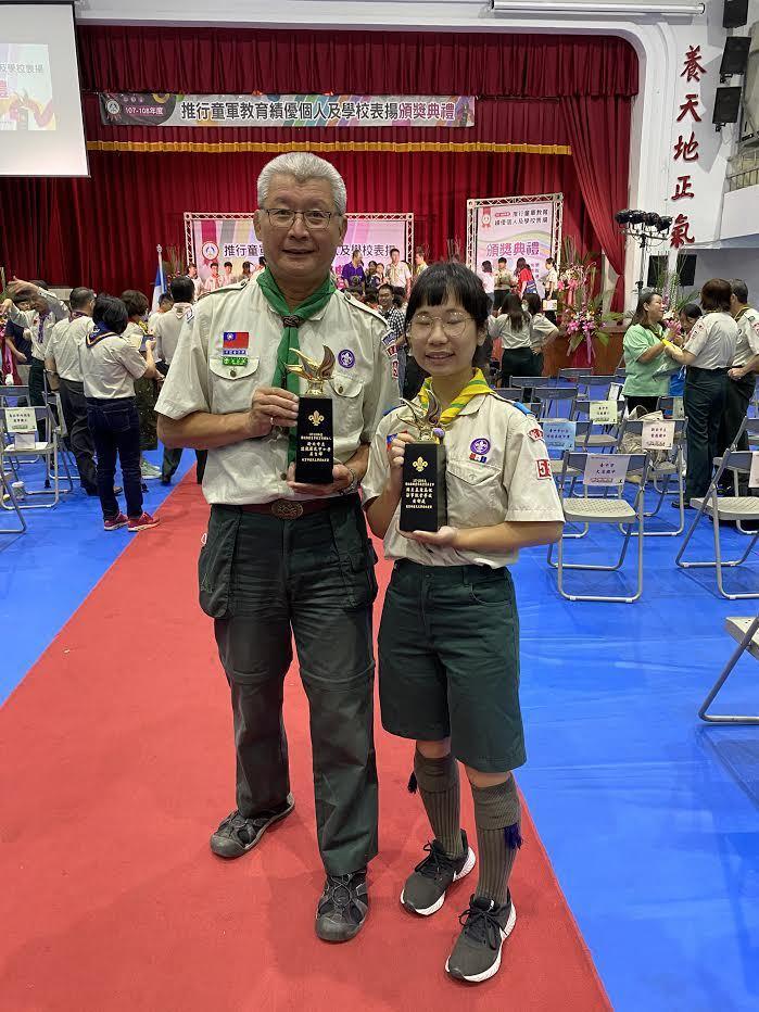 達觀國中小主任吳自輝(左)每天一早就站在校門口關心學生到校安全,從未間斷。圖/新北教育局提供