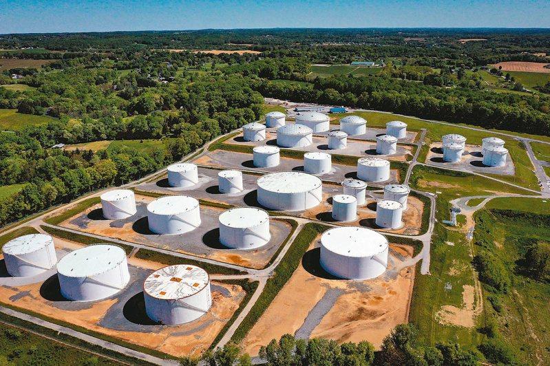 美國「殖民管線」公司在馬里蘭州的貯油槽。這家美國最大的油管業者五月曾遭駭客攻擊癱瘓,引發美東大缺油。(法新社)