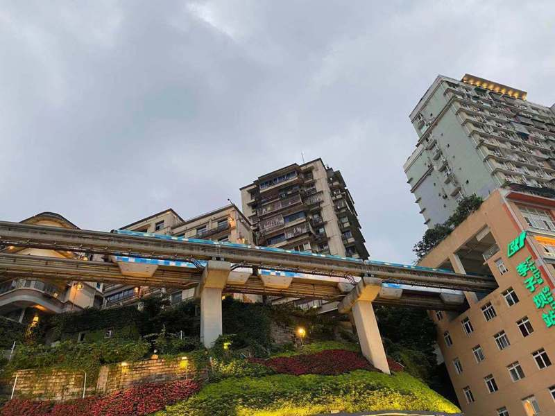 重慶輕軌李子霸站列車穿樓而過。記者呂佳蓉/攝影