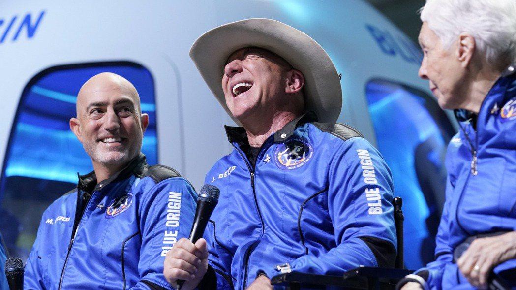 亞馬遜創辦人貝佐斯(圖中)20日與其胞弟(圖左)及兩名旅客一同上太空。美聯社