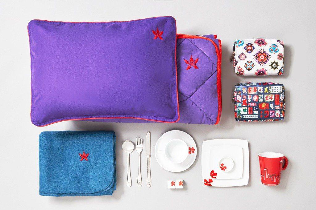 香港航空宣布23日起拍賣機上用品,包括機上餐具、限量版旅行套裝、枕頭、被子以及餐...