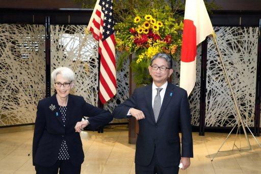 美國國務次卿薛曼(左)與日本外務省副大臣森健良此前在東京展開會談。圖源:美聯社(...