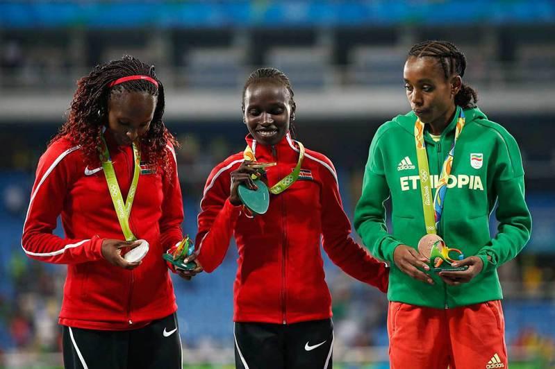 肯亞選手Hellen Obiri(左)在2016里約奧運獲女子5000公尺銀牌,本屆奧運她在女子10000公尺極有奪牌希望。 歐新社資料照片