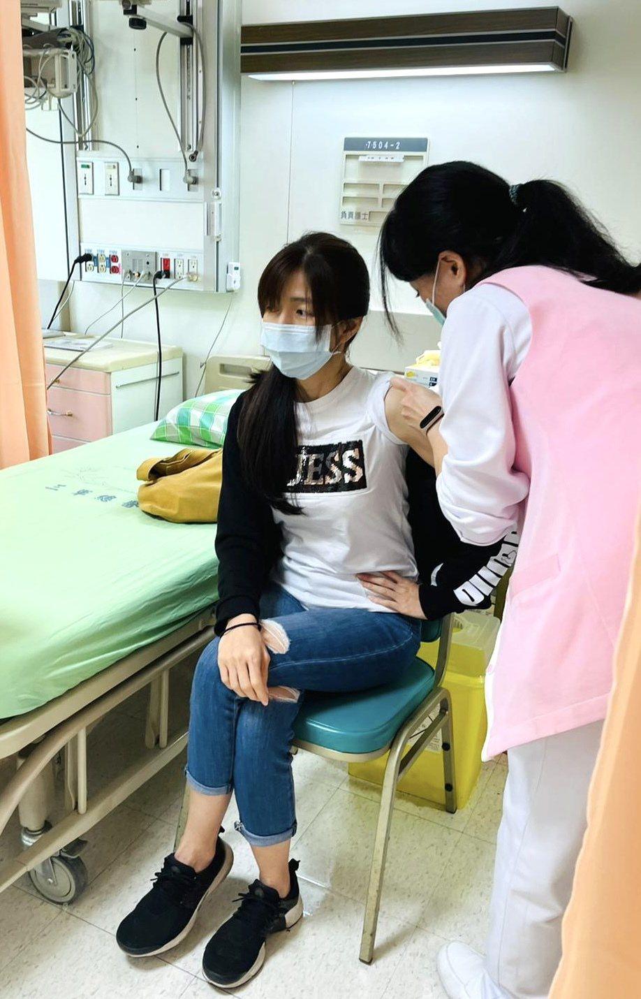 吳鈴山老婆黃崇蘭3月時接受高端疫苗臨床測試。圖/吳鈴山提供