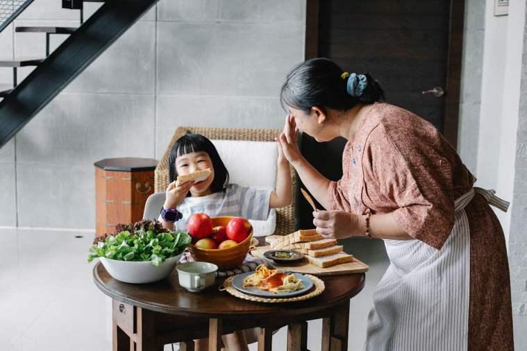 透過家事協作,訓練長輩肢體、維持肌力協調穩定狀況,也能增進家人間的感情、互動。 ...