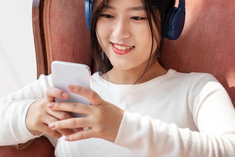 年輕人是聽力受損高危險群,建議耳機每聽半小時,就該適時讓耳朵休息一下。 /圖片來...