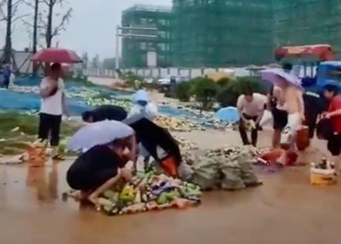 食品品牌康師傅在鄭州當地的倉庫不敵豪雨沖刷倒塌,30萬瓶飲料被沖到街上,許多民眾見此景象竟不顧安危衝進洪水瘋搶。圖/取自Youtube