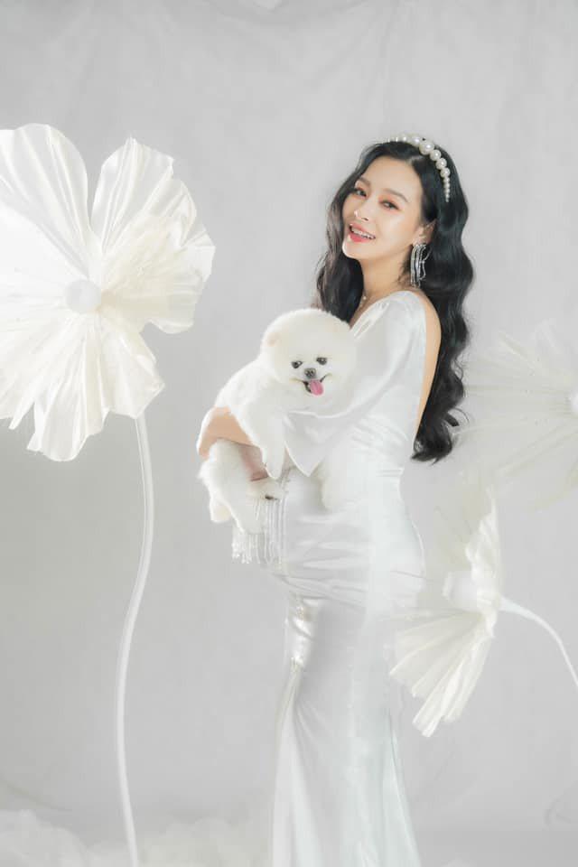 女藝人王思佳在個人臉書專頁,分享了一系列身穿手工訂製禮服的孕婦美照,受到網友高度...