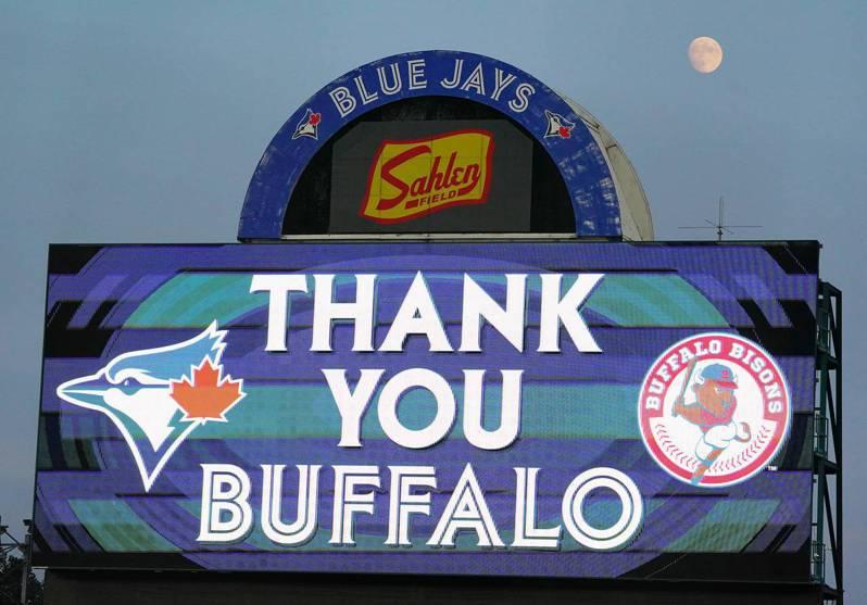 被喻為大聯盟「流浪者」的藍鳥隊,今天打完本季在水牛城主場最後一戰,賽前在電子看板上秀出感謝水牛城。 法新社