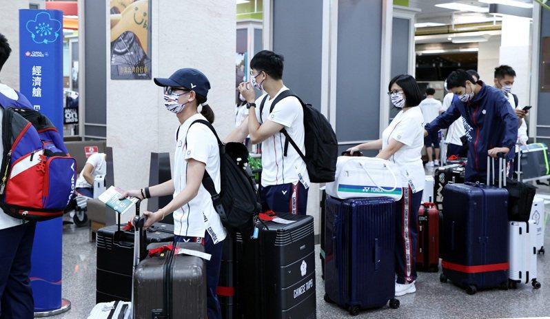 中華代表團出征東京奧運,因選手搭經濟艙、官員搭商務艙引發爭議。 聯合報系資料照