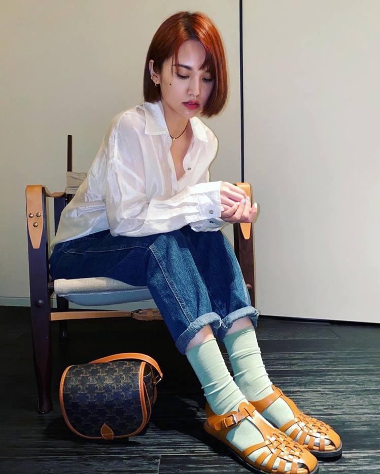 全能天后楊丞琳難得在自己臉書曬出穿搭美照,讓粉絲一解想念她的心情,但涼鞋造型卻不...
