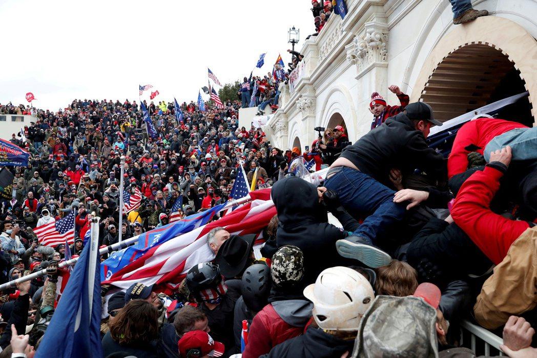 圖為今年1月6日川普支持者闖入國會大廈。 圖/路透社