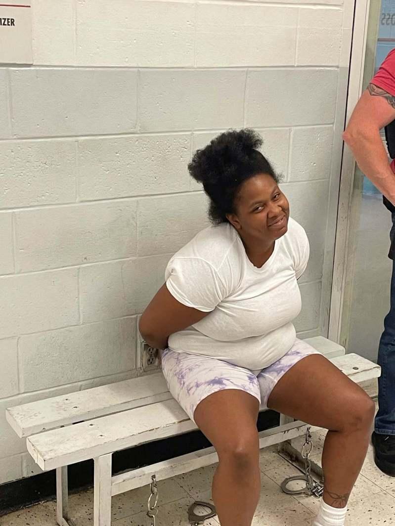 美國奧克拉荷馬州一名涉嫌犯下謀殺案的通緝犯洛琳.格雷夫斯(Lorraine Graves),因親自至警方臉書留言而遭逮捕。 圖擷自facebook