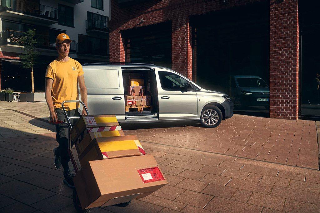 新世代福斯商旅Caddy Cargo長軸版放大側滑門開口尺寸,讓兩組歐規棧板能夠...