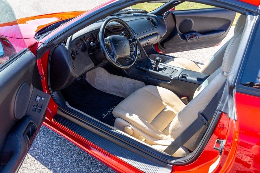 這輛Supra當初車主購買時選擇了米白色內裝。 摘自Bring-a Traile...