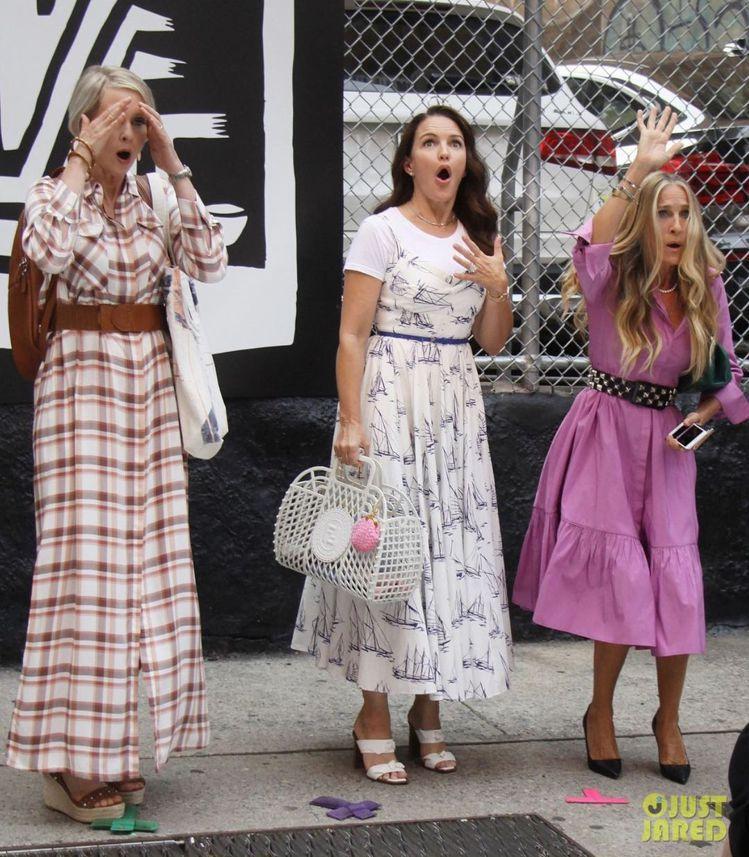凱莉詮釋Carolina Herrera優格藍莓色洋裝,搭配Judith Lei...