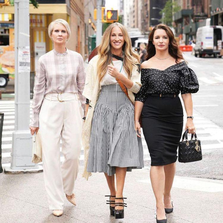 在之前釋出的形象照中,凱莉穿Norma Kamali維多利亞風格黑白裙、CELI...