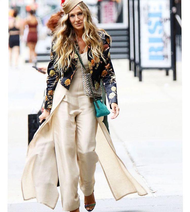 凱莉身穿Dries Van Noten刺繡外套,搭配Claude Montana...