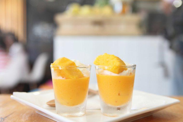 盛夏來臨,許多民眾喜愛享用芒果,消暑又美味。營養師余朱青提醒民眾享用芒果時,要特...