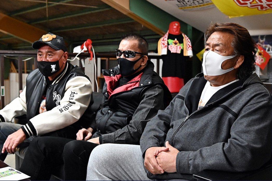由左至右為武藤敬司、蝶野正洋、長州力,摔角迷光聽到名字就爽翻的名選手們出來客串,...