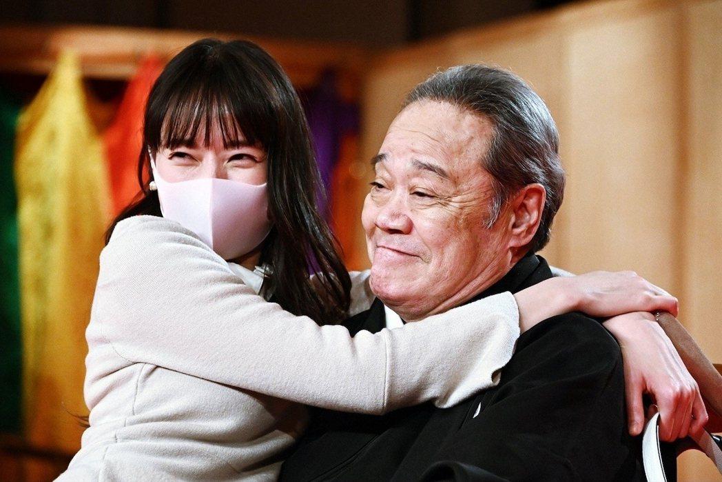 劇中也談及日本長照議題,戶田惠梨香飾演男主角的未婚妻,同時也是劇中的照護中心安寧...