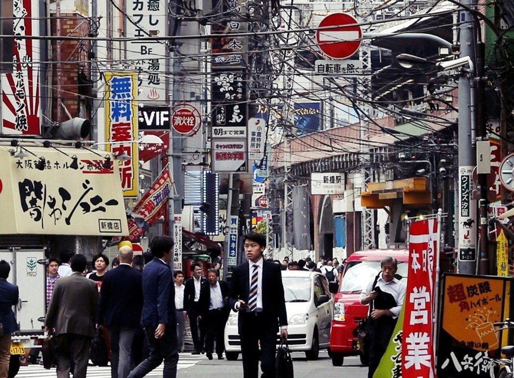 東京街頭滿布的電線桿與電柱,目前各地仍在準備進行地下化的「無電柱」工程,但還沒有...