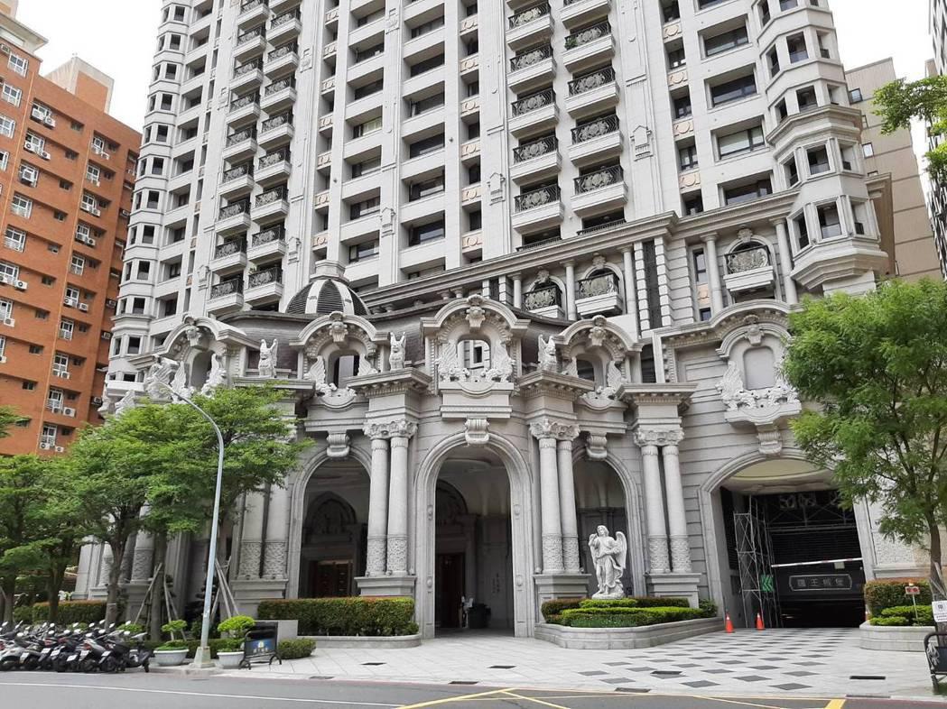 高雄農十六豪宅特區,「國王城堡」23樓戶,今年3月以每月租金11.8萬元,榮登高...