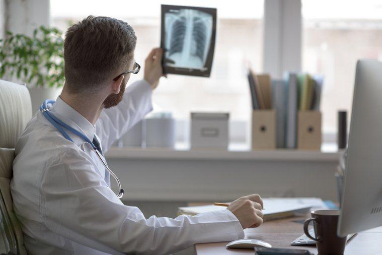 胸腔科醫師蘇一峰表示,治療肺纖維化的藥物價格不菲,許多弱勢患者恐怕負擔不起。 示...