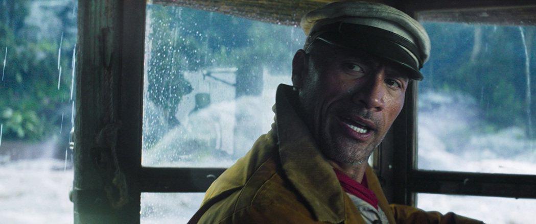 ▲巨石強森飾演一位看似可靠,實則貪心狡詐、一心想要訛詐乘客的渡輪船長。 (圖/華...
