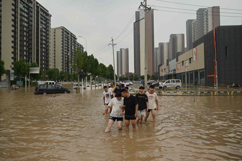 中國河南鄭州等地區近日遭遇連續強降雨,釀成大規模洪澇災害的消息也已經引起了德國學者的關注。 法新社