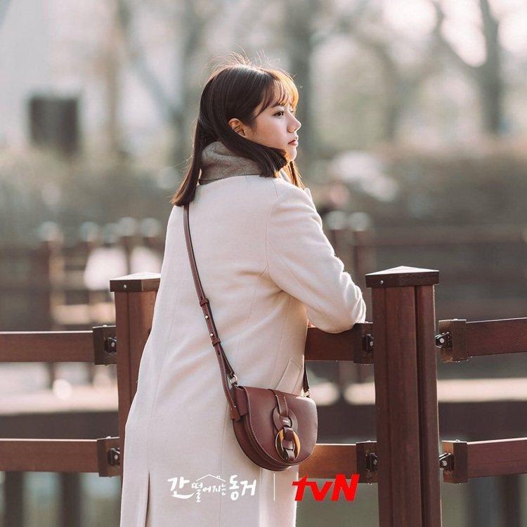 惠利在劇中選用了咖啡色Chloé Darryl包款。圖/取自tvN Drama粉...
