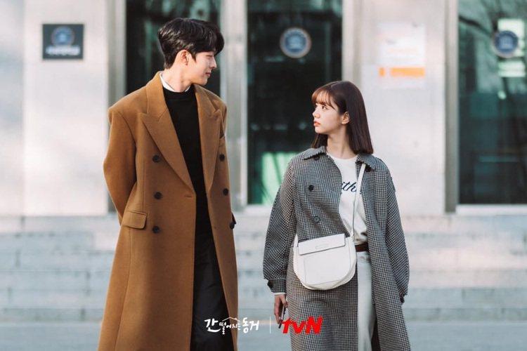 惠利選搭白色的VALEXTRA的Twist肩背包。圖/取自tvN Drama粉絲...